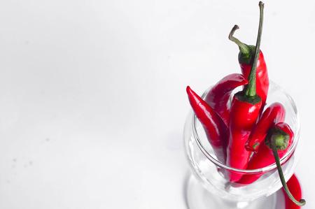 chiles picantes: Red chiles chily sobre fondo blanco