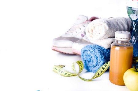 vida sana: Zumos de frutas y fitness accesorios frescos. Concepto de estilo de vida saludable Foto de archivo