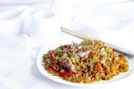 chinesisch essen: Teller mit Huhn gebratener Reis mit St�bchen auf dem Teller Lizenzfreie Bilder
