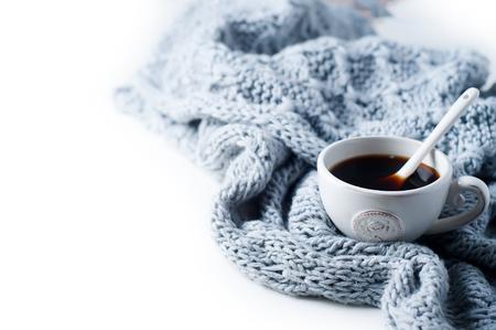 Tasse de café et chandail tricoté sur la table blanche, vue de dessus