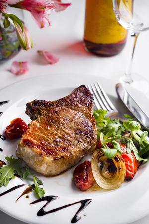 ロース フィレ ステーキの厚いジューシーな部分が板の焼き野菜を添えてください。 写真素材