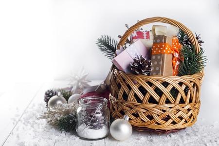 Weihnachtsgeschenke auf Holzuntergrund
