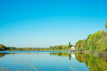 Niesamowity krajobraz jeziora z czystą zieloną wodą i doskonałym błękitnym niebem. Ukraina