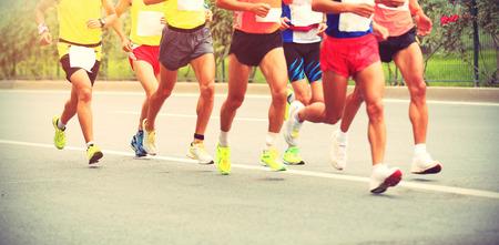coureur: Les coureurs de marathon en cours d'exécution sur la route de la ville Banque d'images
