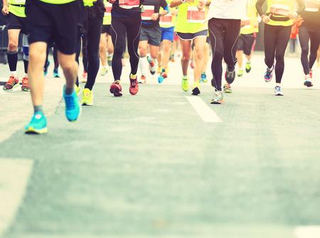 hombres corriendo: Maratón de carrera a pie, la gente los pies en el camino de ciudad
