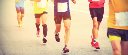 coureur: les coureurs de marathon en cours d'exécution sur la route de la ville.