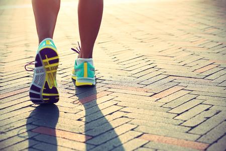 mujeres fitness: jóvenes piernas Corredor de la mujer de la aptitud listos para un nuevo comienzo Foto de archivo