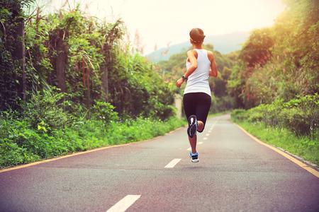Runner athlète qui court sur le sentier de la forêt. femme de remise en forme du jogging entraînement concept de bien-être. Banque d'images - 49827557