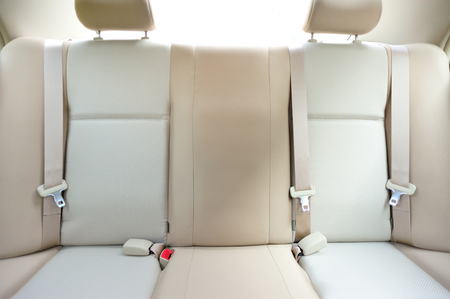 cinturon de seguridad: asiento trasero del coche Foto de archivo
