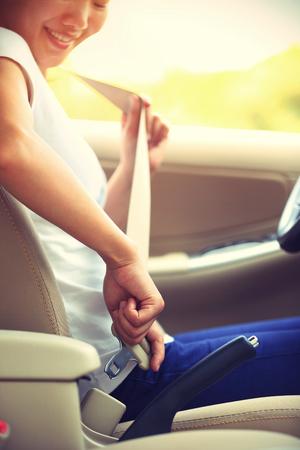 caja fuerte: mujer piloto el cintur�n de seguridad del cintur�n de seguridad antes de la conducci�n de autom�viles