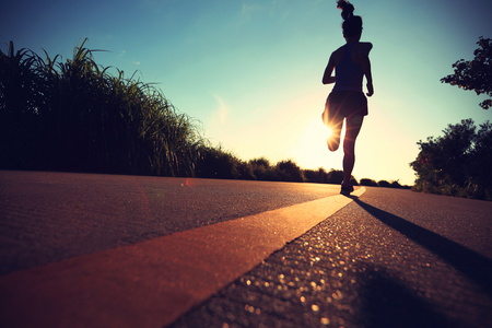 sunrise: junge Frau Fitness auf Sonnenaufgang am Meer Trail Running