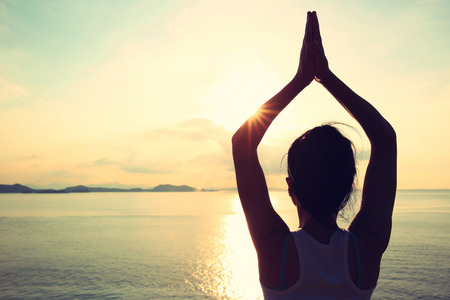 cabello negro: meditaci�n sana mujer de yoga en la playa amanecer