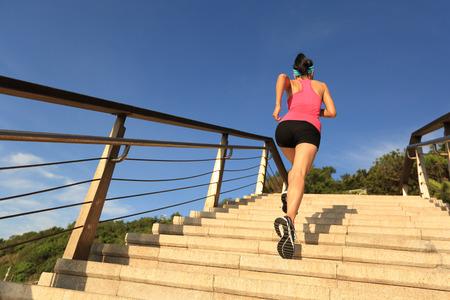 subir escaleras: Mujer deportes de estilo de vida saludable con procesamiento de piedra playa escaleras