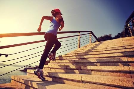 라이프 스타일: 돌 계단 일출 해변에 최대 실행 건강한 라이프 스타일 스포츠 여성