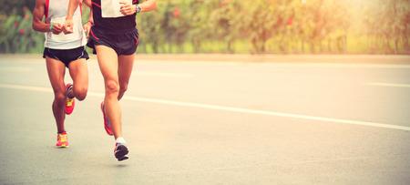 coureur: Les coureurs de marathon en cours d'ex�cution sur la route de la ville Banque d'images