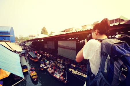 mochila: Mujer tur�stica que toma la foto en el mercado flotante D�monen Saduak