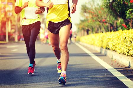 amarillo y negro: Marat�n de carrera a pie, la gente los pies en el camino de ciudad