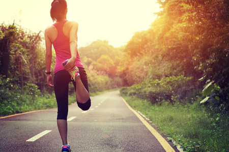 hacer footing: Corredor de la mujer caliente al aire libre