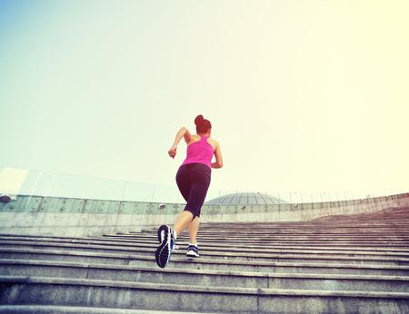 and athlete: Runner atleta que corre en las escaleras. Aptitud de la mujer trotar entrenamiento concepto de bienestar.