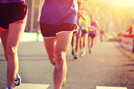 uomo rosso: Maratona gara di corsa, la gente piedi sulla strada di citt� Archivio Fotografico