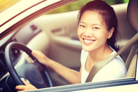chofer: conductor joven mujer asiática conducir un coche
