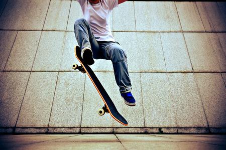 市でスケート ボードのスケートボーダー