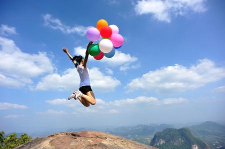 niñas chinas: animando mujer asiática joven con globos de colores