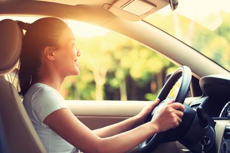 sol radiante: conductor joven mujer asiática conducir un coche, efecto de la vendimia