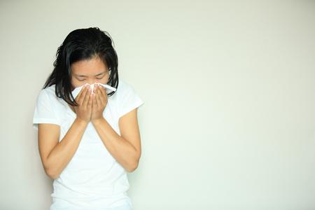 estornudo: toser mujer nariz estornudo en la cama Foto de archivo