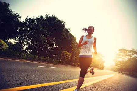 niñas chinas: Runner atleta que corre en la carretera.
