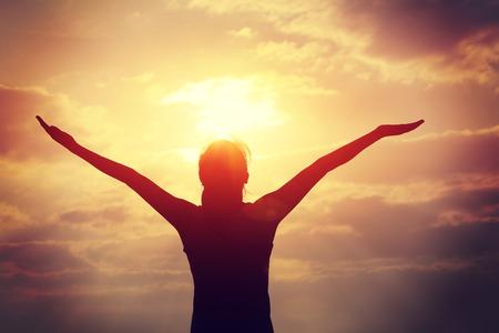 sol radiante: mujer brazos abiertos bajo el sol en la playa