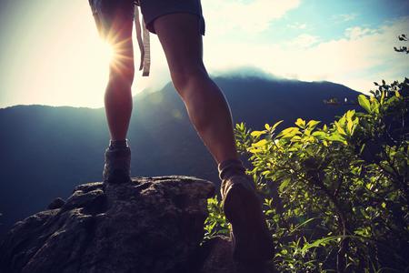 Femme randonneur grimper sur la montagne du lever du soleil pic rock, effet vintage Banque d'images - 49974838