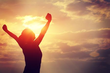 silna kobieta pewność otwartymi ramionami pod wschodem słońca na morzem