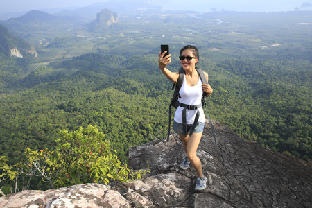 vrouw wandelaar die foto met slimme telefoon op bergtop