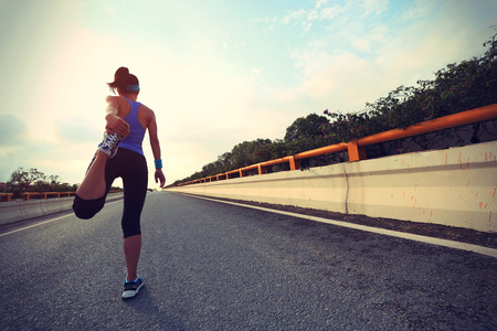 mujer deportista: young woman runner ready for run on city road