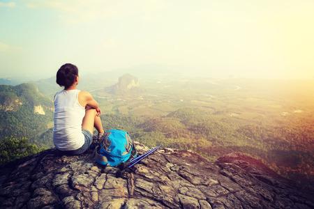 Turistu žena vychutnat pohled při západu slunce vrchol hory útes Reklamní fotografie
