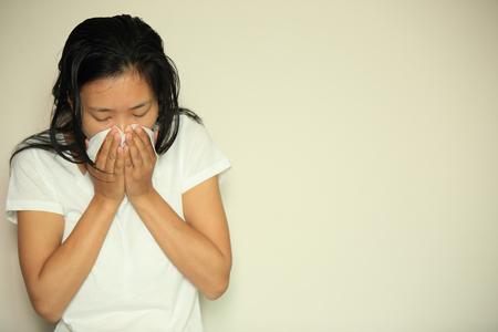 persona enferma: tos mujer estornudo nariz Foto de archivo