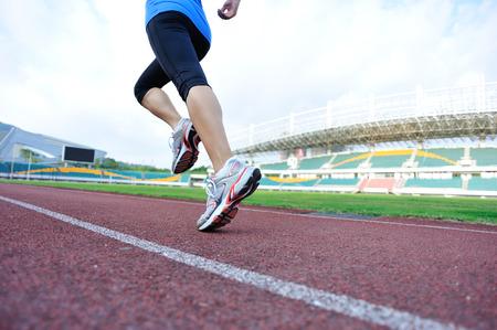 gente corriendo: joven mujer de fitness corredor corriendo en la pista