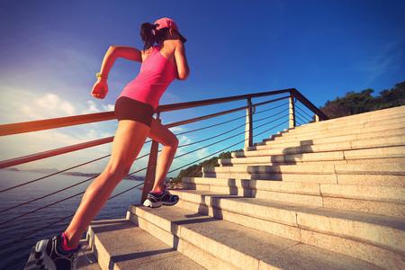 vida sana: Mujer deportes de estilo de vida saludable con procesamiento de piedra playa escaleras
