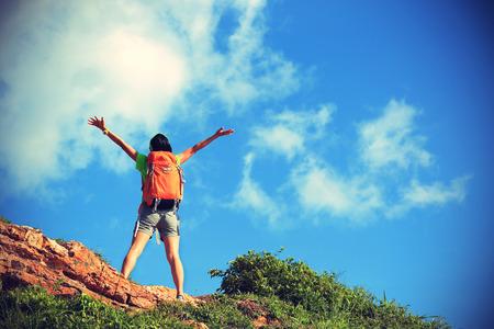 ?  ?       ?  ?      ?  ?     ?  ?    ?  ? �female: animando mujer joven mochilero disfrutar de la vista al pico de la monta�a
