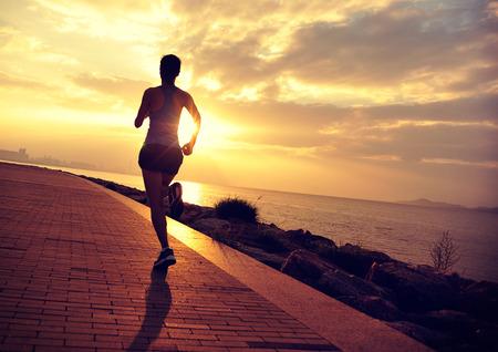 ser humano: Runner atleta que corre en la playa.
