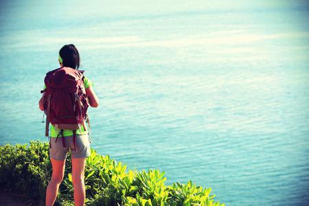 estilo de vida saludable: Backpacker joven mujer en la monta�a junto al mar Foto de archivo