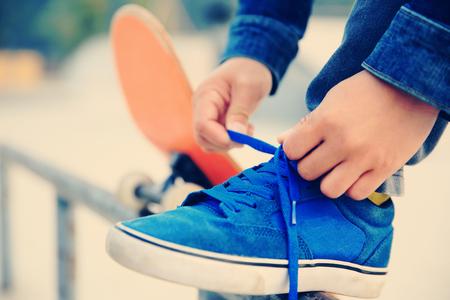 shoelace: tying a shoelace