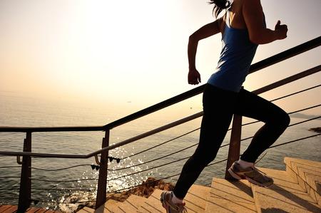 saine femme de sports de mode de vie en courant sur la pierre des escaliers lever balnéaire
