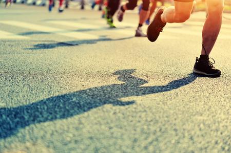 hombres corriendo: Maratón de carrera a pie Foto de archivo