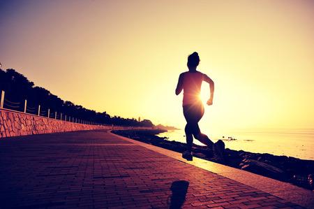 coureur: Runner athlète qui court au bord de mer. Banque d'images