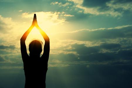 yoga femme méditation au lever du soleil mer