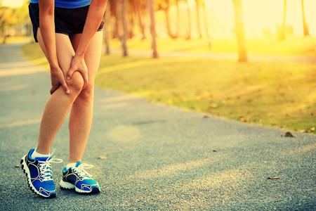 dolor de rodilla: la pierna corredor deportes mujer herida