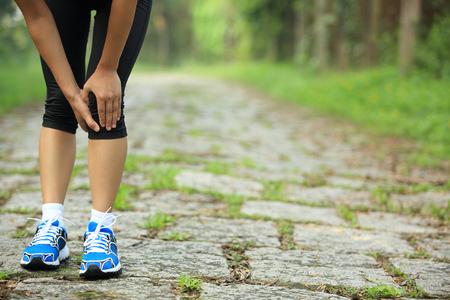 Woman Runner tenir son genou blessé sport Banque d'images