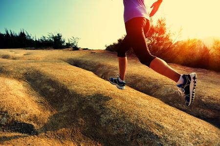 correr: Corredor de la mujer joven se ejecuta en rastro de montaña junto al mar